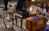 passeggiando per mercatini...acquistiamo una antica radio.
